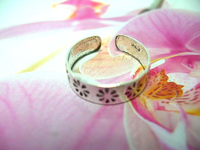 Beauty accessory manufacturer, Bali etched in daisy designed sterling silver toering
