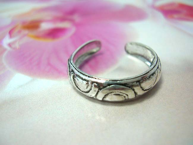 Lucky horseshoe inspired deign on 925. sterling silver toering. Handcrafted bali art jewelry import b2b trader